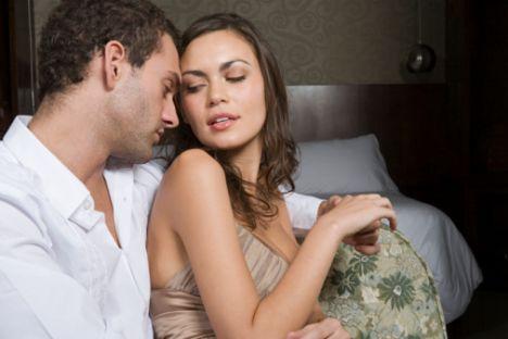 7) Bay metodik Yatakta, sekste çılgına dönmenin yollarından kadın orgazmının sırlarına kadar bütün kullanım kılavuzları bulunmaktadır. G noktasını tam bulmak için, sizin bütün direnmelerinize rağmen, her seferinde bir kırk dakika kaybedecektir. Giriş kısmında gösterdiği özen sizde pozitif etki yaratsa da, sonrasında onunla beraber olmanın maratondan kısa sürmeyeceğini anlayacaksınız: En az 2 saat 15 dakika süren bir debelenme! Son derece teknik yaklaşımlar gösterdiği için kullandığı terimler de anlaşılır olmayacaktır.